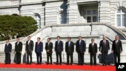 PM Jepang Shinzo Abe (tengah) berfoto bersama para pemimpin negara-negara ASEAN di Tokyo, Jepang (14/12).
