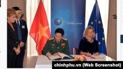 Bộ trưởng Quốc phòng Việt Nam Ngô Xuân Lịch (trái) ký FPA với bà Federica Mogherini, Phó Chủ tịch Ủy ban châu Âu, vào ngày 17/10/2019.