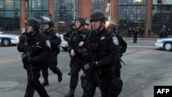 2013年4月19日美国麻萨诸塞州警方在波士顿郊区沃特敦镇继续进行搜捕行动。