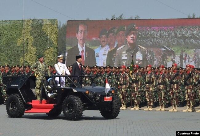 Presiden Joko Widodo memeriksa pasukan dalam upacara hari ulang tahun (HUT) Tentara Nasional Indonesia (TNI) ke-72 di Dermaga Indah Kiat Cilegon, 5 Oktober 2017. (Foto courtesy: Biro Pers Kepresidenan RI).