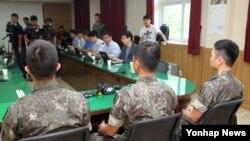 지난 4일 비무장지대(DMZ) 지뢰폭발 사고 당시 작전에 참가한 장병들이 11일 경기도 고양시 덕양구 국군고양병원에서 기자회견을 열고 당시 상황을 설명하고 있다.