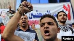 Các nhà báo và các nhà hoạt động xuống đường biểu tình phản đối những hạn chế về tự do báo chí tại Cairo, ngày 10/6/2015.