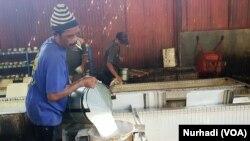 Buruh pabrik karet di Salatiga, Jawa Tengah. Apakah mereka diuntungkan oleh RUU Cipta Kerja.(Foto: VOA/ Nurhadi)