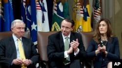 Слева направо: генпрокурор США Джефф Сешнс, его заместитель Род Розенстайн и Рейчел Брэнд.