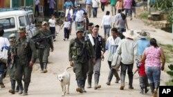 Rebeldes de las Fuerzas Armadas Revolucionarias de Colombia (FARC) en la población de San Isidro, en el sur del país, tras la liberación del periodista francés, Roméo Langlois.