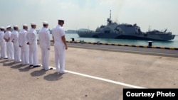 美國海軍人員觀看自由號停靠新加坡樟宜軍港(圖片來源:美國海軍)