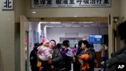 家长和孩子在北京儿童医院的候诊室等候。(2016年12月18日)