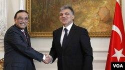 Presiden Turki Abdullah Gul (kanan) berjabat tangan dengan Presiden Pakistan Asif Ali Zardari sesaat sebelum pertemuan di Istanbul (1/11).