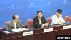 香港眾志秘書長黃之鋒(左)和香港民主黨創黨主席李柱銘(中)星期一(5月1日)在華府保守派智庫傳統基金會發表演說。(傳統基金會視頻截圖)