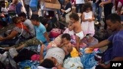 Ribuan migran Honduras beristirahat di Lapangan Utama kota Tapachula, negara bagian Chiapas, Meksiko (21/10).