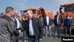 Президент России Владимир Путин (в центре) на открытии моста в Крым. 15 мая 2018 г.