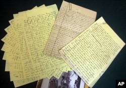 Các bản thảo viết tay với nét chữ rất đẹp của John Steinbeck. Chi tiết thú vị: Toàn bộ tác phẩm của ông đều được viết tay / written in longhand, chứ ông không đánh máy. (AP Photo/Bebeto Matthews)