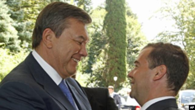 Presidents Viktor Yanukovych (l) and Dmitry Medvedev meeting in Sochi, Aug 11, 2011