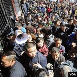 Seperti terjadi di Korea Selatan, warga juga berdesak-desakan untuk membeli garam di Taiyuan, Propinsi Shanxi, Tiongkok (3/17).