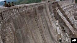 지난해 6월 촬영한 북한 희천발전소의 댐. 북한은 희천발전소 준공 2달 만인 당시, 평양에서 필요한 전력의 절반을 공급할 수 있게됐다고 선전했다.