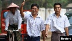 Los reporteros de Reuters Wa Lone y Kyaw Soe Oo a su salida de la prisión Insein en Yangon, Myanmar, el martes, 7 de mayo de 2019.