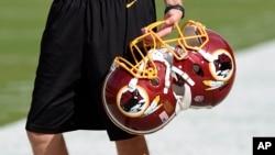 ໝວກກັນກະທົບຂອງທີມ football - Washington Redskin ກ່ອນການຫຼິ້ນເກມ ທີ່ເມືອງ Landover ລັດ Maryland, 19 ພຶດສະພາ 2016.