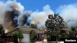 کیلی فورنیا کے محکمۂ جنگلات کے مطابق آگ کارلز بیڈ شہر کے وسطی علاقے کے نزدیک پہنچ چکی ہے