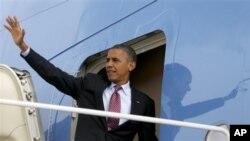 5일 미국 노스캐롤라이나주 샬럿에서 열리는 민주당 전당대회에 참석하기 위해 전용기에 오르는 바락 오바마 대통령.