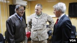 Menteri Pertahanan Amerika Leon Panetta (kiri) berbincang dengan Duta Besar Ryan Crocker (kanan) dan Jendral Angkatan Laut Amerika John Allen di Kabul, Afghanistan (Foto: dok).