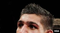 Amir Khan menunggu keputusan hakim dalam kejuaraan tinju WBA kelas ringan super melawan petinju Argentina Marcos Maidana di Las Vegas tanggal 11 Desember 2010. (foto dok.)
