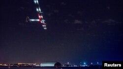 20일 미국 뉴욕의 존 F. 케네디 공항에서 '솔라 임펄스 2호'가 이륙하고 있다.