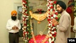 عبادت میں مصروف سردار رمیش سنگھ اور ان کے ایک ساتھی