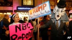 """Activistas aseguran que NBC se hace de """"oídos sordos"""" y está cometiendo un gran error a mantener como anfitrión a Donald Trump en uno de sus programas estelares."""