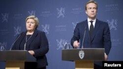 2015年11月18日挪威首相埃尔娜·索尔伯格(左)和外长布兰德在奥斯陆新闻发布会上