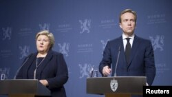 Norway's Prime Minister Erna Solberg (L) and Foreign Minister Borge Brende attend a news conference in Oslo, Nov. 18, 2015. A Norwegian man held in Syria by Islamic State has most likely been killed by his hostage takers, Solberg told a news conference on Wednesday, following reports by an online IS publication of his execution.
