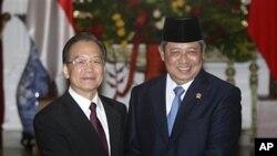 中国总理温家宝周五在雅加达与印尼总统苏西洛握手