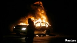 Người biểu tình nổi lửa đốt xe cảnh sát tại Ferguson.