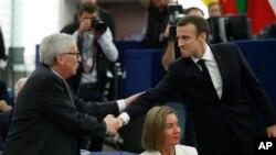 Predsednik Evropske komisije Žan Klod Junker (L) i francuski predsednik Emanuel Makron