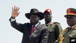 Le président du Soudan du Sud, Salva Kiir, main droite levée, salue la foule à Juba, 9 juillet 2015.