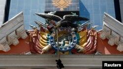 El emblema nacional de Bolivia se ve en el palacio presidencial en La Paz, Bolivia.