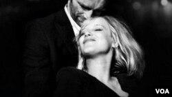 """Los actores polacos Tomasz Kot y Joanna Kulig interpretan los papeles principales en el romance """"La Guerra Fría"""" del director Pawel Pawlikowski."""