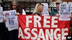 Patizan fondatè WikiLeaks la, Julian Assange, ki t ap manifeste devan andasad Ekwatè a nan Lond pou mande libète pou li kite La Grann Bretay.