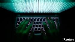 一位男士在华沙敲击电脑键盘。(资料照)