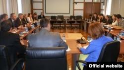 Ministar finansija Radoje Žugić i ministar pomorstva i saobraćaja Ivan Brajović sa predstavnicima kineske EXIM banke i kompanija CRBC i Poly Technologies.