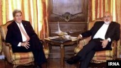 دیدار جان کری وزیر خارجه آمریکا (چپ) و محمدجواد ظریف همتای ایرانی او در اقامتگاه سفیر ایران در سازمان ملل در نیویورک - ۷ اردیبهشت ۱۳۹۴