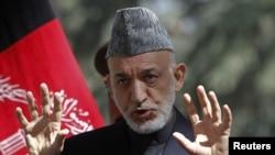 Presiden Afghanistan Hamid Karzai berbicara dalam jumpa pers di Kabul (4/10).
