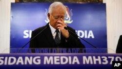 PM Malaysia Najib Razak (tengah) dalam jump pers terkait temuan reruntuhan MH370 di Kuala Lumpur, Malaysia (6/8).