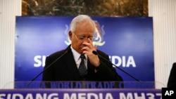 나집 라작 말레이시아 총리가 6일 퀄라룸푸르에서 실종 여객기 잔해 발견과 관련하여 기자회견을 하고 있다.