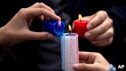 Ceremonia de recordación de las víctimas en los ataques en París, en Lima, Perú.