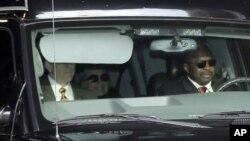 2013年1月2日星期三美国国务卿希拉里.克林顿坐车(后座中间)离开纽约的长老会医院