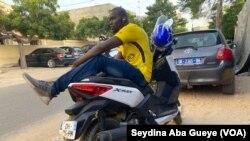 Ousseynou Diallo, livreur à Dakar, au Sénégal, le 27 octobre 2020. (VOA/Seydina Aba Gueye)