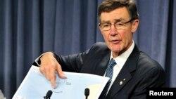 앵거스 휴스턴 호주 합동수색조정센터 소장이 말레이 실종기 블랙박스로 추정되는 주파수를 감지했다고 7일 발표하고 있다.