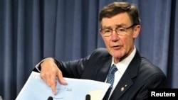 澳大利亚搜寻协调组负责人、退役空军上将安格斯•休斯顿在珀斯举行的新闻发布会上指向一张地图。(2014年4月7日)
