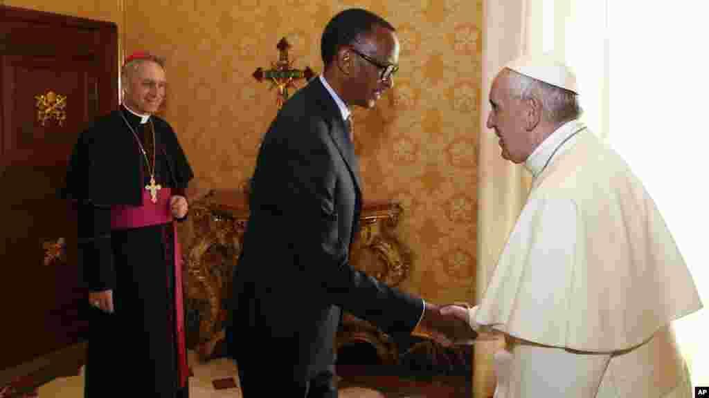 Le président rwandais Paul Kagame avec le pape François lors d'une audience privée, au Vatican, le 20 mars 2017.