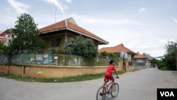Designed by Vann Molyvann in between 1965-67, 100 Houses was originally used for housing the staff of the National Bank of Cambodia. (Khan Sokummono/VOA Khmer)
